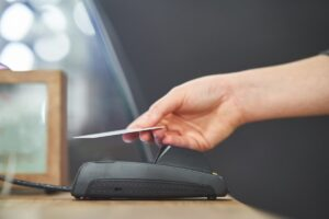 """コロナ禍""""非接触""""で注目、クレジットカードの「タッチ決済」とは?使えないカードもある?【コンタクトレス】"""