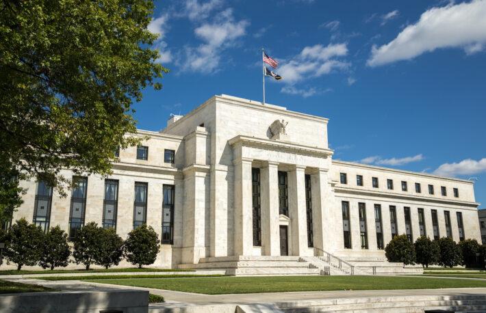 FOMC:経済回復ペースは減速、低金利と債券購入を維持──ビットコインは一時3万ドル割れ