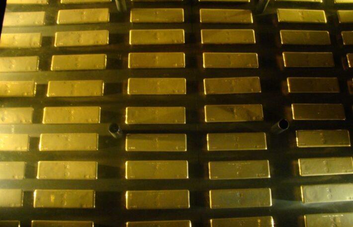 FRB利上げ懸念のなか、ビットコインは一時3万2000ドル割れ──ゴールドは回復力示す
