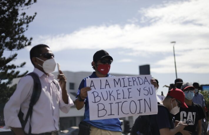 エルサルバドル、独立記念日に反ビットコインデモ、専用ATMが炎上
